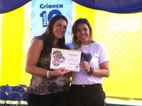 Luciana Faccio, gerente de projetos do Instituto Vianna Jr, recebe o Certificado de Mérito em Solidariedade da LBV