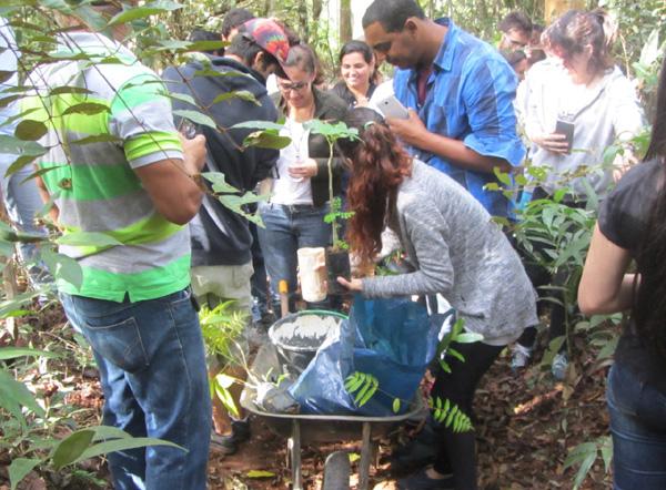 Alunos de Gestão Ambiental das Faculdades Vianna Jr na Associação pelo Meio Ambiente de Juiz de Fora (AMAJF)