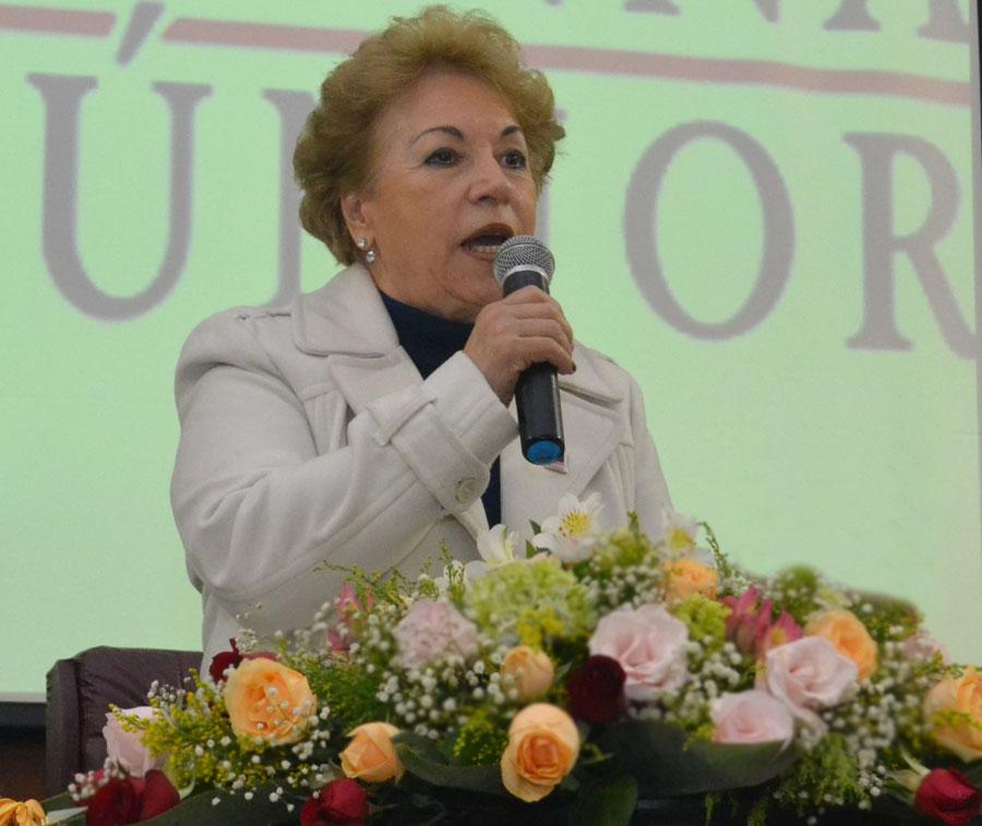Dra. Célia Fassheber discursando na Aula Magna no salão nobre do Instituto Vianna Júnior