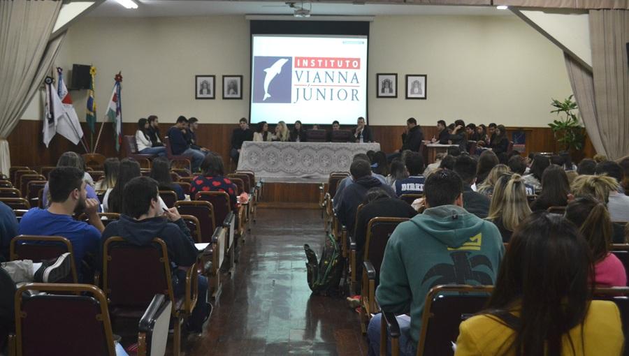 Alunos do Direito das Faculdades Vianna Júnior participam de Júri Simulado