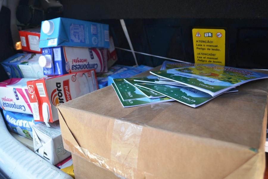 caixas-de-leite-e-livros