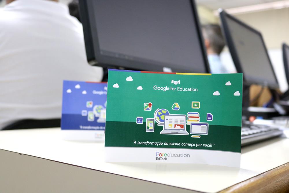 """Folheto do Google For Education com uma mesa ao fundo. """"A transformação da escola começa por você!"""""""