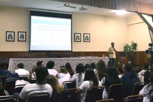Sergio Dutra em palestra sobre a Parlamento Jovem no Colégio Vianna Júnior