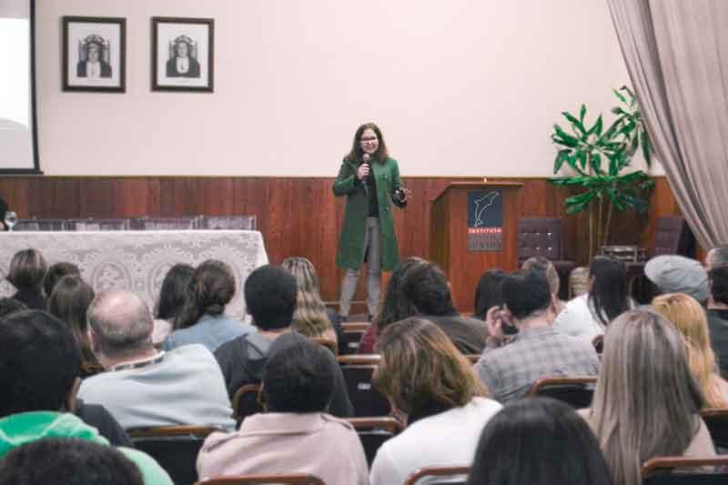 Dra Roseli Cadido Costa, ministrando palestra sobre Arbitragem Empresarial