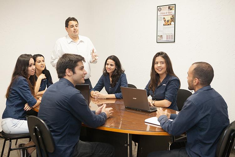 Integrantes da Empresa Júnior realizam reunião.