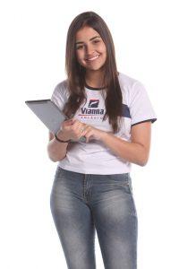 Taís, aluna pesquisando nota do PISM, na foto ela está com um tablet na mão.