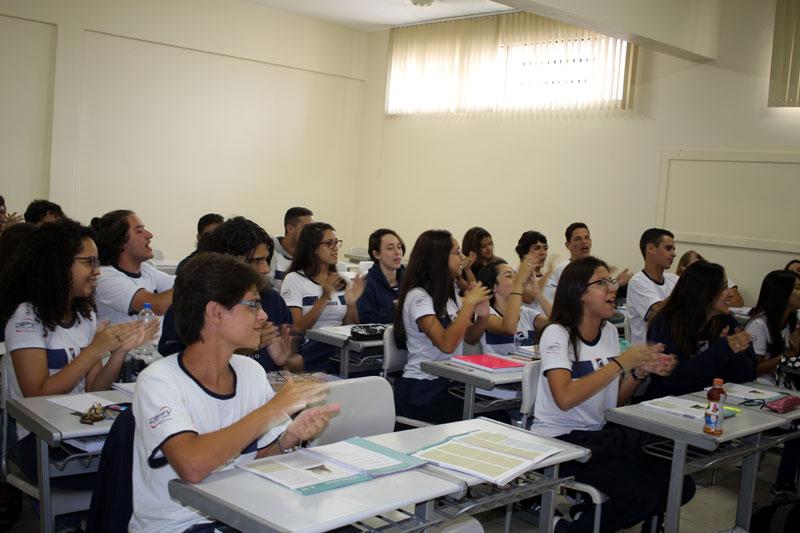 Turma do Terceiro ano do Ensino Médio prestigia professor de Sociologia