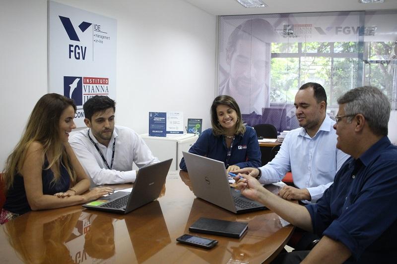 Ana Paula e Rafael (à esquerda), da FGV Online, participaram de treinamento com a equipe do Núcleo FGV/Vianna Júnior em Juiz de Fora nesta semana