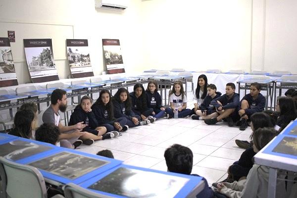 Roda de alunos do Colégio com os monitores do projeto